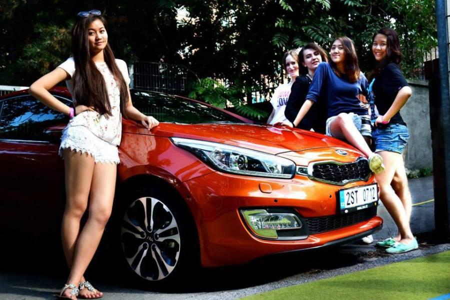 Děvčata z O.M.G. a automobil generálního sponzora akce KIA